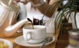 Menikmati minuman teh