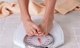 Menimbang berat badan  (ilustrasi)
