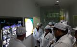 Menkes Nila F Moeleok bersama Ketua Komisi IX, Dede Yusuf, mendengarkan penjelasan Plt Dirut Bio Farma, Juliman, saat melakukan kunjungan kerja ke perusahaann tersebut di Bandung, Sabtu (13/1).