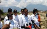 Menko PMK Puan Maharani, bersama Mensos Agus Gumiwang, Menristek Dikti M Nasir, dan Menteri PUPR Basuki Hadimuljono, mendampingi Presiden Joko Widodo mengunjungi korban bencana di Sulawesi Tengah, Rabu (3/10).