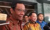 Menko Polhukam Mahfud MD dan Mendagri Tito Karnavian di kantor Kemendagri, Jakarta Pusat, Jumat (17/1).