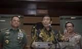 Menkopolhukam Wiranto (tengah) didampingi Panglima TNI Jenderal TNI Gatot Nurmantyo (kiri) dan Kapolri Jenderal Pol Tito Karnavian (kanan) memberikan keterangan pers usai rapat tertutup terkait pembelian senjata api di Kemenko Polhukam, Jakarta, Jumat (6/10).