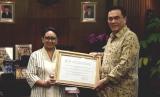 Menlu Retno Marsudi menerima sertifikat penetapan Warisan Budaya tak Benda Dunia dari Dubes RI untuk Prancis sekaligus Delegasi Tetap RI untuk UNESCO, Hotmangaradja Pandjaitan, di Gedung Kemenlu pada Selasa (13/2).