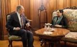 Menlu Rusia Sergey Lavrov (kiri) bertemu dengan Menlu RI Retno LP Marsudi di Moskow, Rabu (13/3).