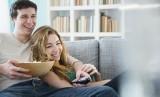 Ada kalanya pasangan suami-istri bekerja sama menghadapi konflik rumah tangga (Foto: ilustrasi pasangan suami istri)