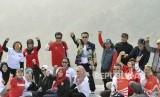 Menpora Imam Nahrawi (tengah) meneriakkan yel-yel bersama pelatih dan atlet timnas paralayang di arena paralayang Asian Games 2018, Bukit Pasir Sumbul, Ciloto, Kabupaten Cianjur, Jawa Barat, Kamis (26/7).