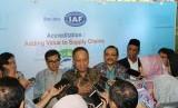 Menristekdikti M Nasir bersama Kepala Badan Standardisasi Nasional (BSN) Bambang Prasetya memberikan keterangan pers terkait sertifikasi produk lokal untuk pasar global di Gedung BPPT, Jakarta, Selasa (25/6).