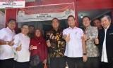 Mensos Juliari Batubara menyerahkan bantuan Program Sembako dan E-Warong di Semarang.
