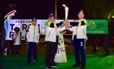 Mentan menerima api obor Asian Games XVIII 2018 dari Tim Kirab di Makassar, Ahad malam (29/7)