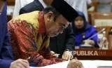 Menteri Agama Fachrul Razi menandatangani lembar pengesahan Biaya Penyelenggaraan Ibadah Haji (BPIH) seusai mengikuti rapat kerja dengan Komisi VIII DPR di Kompleks Parlemen, Senayan, Jakarta, Kamis (30/1/2020).