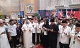 Menteri Agama sekaligus Amirul Hajj Lukman Hakim Saifuddin (berbaju dan peci hitam) saat berdoa untuk keselamatan jamaah haji Indonesia yang akan pulang ke Tanah Air, Sabtu (17/8).