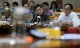 Menteri BUMN Erick Thohir mengikuti rapat dengan panitia kerja (Panja) di ruangan Komisi VI DPR, di kompleks Parlemen, Jakarta, Rabu (29/1).