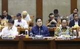 Menteri BUMN Erick Thohir (tengah) didampingi Wakil Menteri I Budi Gunadi Sadikin (kiri) dan Wakil Menteri II Kartika Wirjoatmodjo (kanan) mengikuti rapat kerja dengan Komisi VI DPR di Kompleks Parlemen, Senayan, Jakarta, Kamis (20/2/2020).