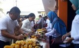 Menteri BUMN Rini M Soemarno meninjau BUMN Shop yang dikelola BUMDes Motekar di Desa/Kecamatan Cisaat, Kabupaten Sukabumi, Selasa (23/7).