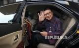 Menteri Dalam Negeri Tjahjo Kumolo menyapa wartawan seusai melakukan pertemuan tertutup di Gedung KPK, Jakarta, Jumat (26/5).