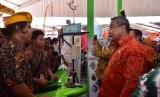 Menteri Desa, Pembangunan Daerah Tertinggal, dan Transmigrasi (Mendes PDTT) Eko Putro Sandjojo saat meninjau pameran Teknologi Tepat Guna (TTG) di Kabupaten Badung, Bali, Jumat (19/10).