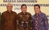 Menteri ESDM Ignasius Jonan bersama Dirut PT Adaro Energy Garibaldi Thohir usia penandatanganan amandemen kontrak PKP2B, Selasa (14/11).