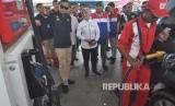 Menteri ESDM Ignasius Jonan (kiri) bersama Dirut Pertamina Nicke Widyawati (kedua kiri) meninjau pengisian bahan bakar minyak (BBM) pada salah satu SPBU saat kunjungan kerja di Palu, Sulawesi Tengah, Jumat (19/10)