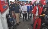 Menteri ESDM Ignasius Jonan (kiri) bersama Dirut Pertamina Nicke Widyawati (kedua kiri) meninjau pengisian bahan bakar minyak (BBM) pada salah satu SPBU saat kunjungan kerja di Palu, Sulawesi Tengah, Jumat (19/10/2018).