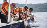 Menteri Kelautan dan Perikanan Edhy Prabowo (tengah) menebarkan (restocking) benih ikan