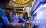 Menteri Kelautan dan Perikanan Edhy Prabowo (tengah) mengamati produk yang ditawarkan di salah satu stan Pameran Aquatica Asia dan Indoaqua 2019 di Balai Kartini, Jakarta, Rabu (6/11/2019).