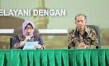 Menteri Kesehatan Nila F Moeloek (kiri) saat menjadi pemateri pada acara Pembekalan Terintegrasi Petugas Haji Arab Saudi Tahun 1440 H/2019 M di Asrama Haji Pondok Gede Jakarta, Jumat (26/4).