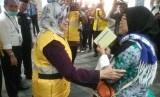 Menteri Kesehatan Nila F Moeloek Menyambut Kedatangan Jamaah Haji  asal Jakarta Selatan di Bandara Sotta, Senin (19/8).