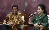 Menteri Kesehatan Nila Moeloek (kanan) dan Menteri Sosial Idrus Marham memaparkan kondisi kesehatan masyarakat Asmat dalam diskusi Forum Merdeka Barat bertema Memajukan Kesehatan dan Kesejahteraan Masyarakat Papua di Jakarta, Senin (29/1).