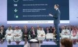 Menteri Keuangan AS Steven Mnuchin (kelima dari kiri) dan Putra Mahkota Bahrain Pangeran Salman bin Hamad Al Khalifa (keenam dari kiri) mendengarkan Penasihat Senior Gedung Putih Jared Kushner berbicara dalam pembukaan konferensi 'Peace to Prosperity' di Manama, Bahrain, Selasa (25/6).