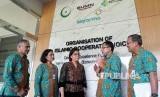 Menteri Keuangan Sri Mulyani didampingi oleh Direktur Utama Bio Farma M. Rahman Roestan beserta jajaran direksi Bio Farma mengunjungi fasilitas penelitian vaksin dan produk bioteknologi di fasilitas Penelitian dan Pengembangan Bio Farma (26/4).