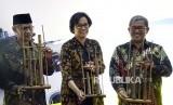 Menteri Keuangan Sri Mulyani Indrawati (tengah) bersama Ketua Umum Muhammadiyah Haedar Nashir (kiri) dan Gubernur Jabar Ahmad Heryawan (kanan) saat acara