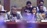 Menteri Keuangan Sri Mulyani (kanan) bersama Gubernur Bank Indonesia (BI) Perry Warjiyo (kirii) mengikuti rapat kerja dengan Komisi XI DPR di Kompleks Parlemen, Senayan, Jakarta, Kamis (13/6/2019). Rapat kerja tersebut membahas asumsi dasar dalam kerangka ekonomi makro dan pokok-pokok kebijakan Fiskal RAPBN 2020.