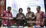 Menteri Keuangan Sri Mulyani (kedua kiri) berbincang dengan Wakil Menteri Keuangan Mardiasmo (kiri), Dirjen Pengelolaan Pembiayaan dan Resiko Kemenkeu Luky Alfirman (kedua kanan) dan Dirjen Anggaran Kemenkeu Askolani (kanan) saat akan menggelar konferensi pers APBN KiTa (Kinerja dan Fakta) di Kementerian Keuangan, Jakarta, Jumat (21/6/2019).