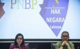 Menteri Keuangan Sri Mulyani (kiri) bersama Dirjen Anggaran Kemenkeu Askolani (kanan) memberikan keterangan pers mengenai Rancangan Undang-Undang (RUU) Penerimaan Negara Bukan Pajak (PNBP) di Kementerian Keuangan, Jakarta, Jumat (27/7).
