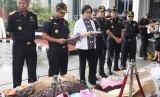Menteri Keuangan Sri Mulyani (tengah) didampingi Dirjen Bea Cukai Heru Pambudi (kedua kiri) memberikan keterangan kepada wartawan saat rilis Pembongkaran penyelundupan tekstil di Gedung Kementerian Keuangan, Jakarta.