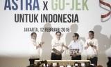 Menteri Komunikasi dan Informatika Rudiantara (kiri) bersama Presiden GO-JEK Andre Soelistyo (kanan) menyaksikan penandatanganan kerja sama Investasi antara Astra Internasional dengan GO-JEK yang dilakukan oleh Presiden Direktur PT Astra International Tbk Prijono Sugiarto (kedua kiri) dan CEO & CO-Founder GO-JEK Nadiem Makariem (kedua kanan) di Jakarta, Senin (12/2).
