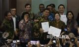 Menteri Koordinator Bidang Perekonomian Airlangga Hartarto (kelima kiri) didampingi Menteri BPN Sofyan Djalil (kiri), Menkum HAM Yasonna Laoly (kedua kiri), Menteri Lingkungan Hidup dan Kehutanan Siti Nurbaya (ketiga kiri), Menteri Keuangan Sri Mulyani (kanan) menyerahkan surat presiden (surpres) tentang Rancangan Undang-undang (RUU) Cipta Kerja kepada pimpinan DPR Puan Maharani (ketiga kanan), Aziz Syamsuddin (kedua kiri) dan Rachmat Gobel (tengah) di Kompleks Parlemen Senayan, Jakarta, Rabu (12/2/2020). Menteri Koordinator Bidang Perekonomian Airlangga Hartarto menyebutkan UU Cipta Kerja bakal mendongkrak pendapatan per kapita warga Indonesia.
