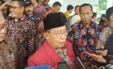 Menteri Koordinator Bidang Perekonomian, Darmin Nasution (tengah) dan Rektor Universitas Muhammadiyah Malang (UMM), Fauzan (kanan) memberikan keterangan pers seusai kegiatan kuliah umum, di Hall Dome UMM, Kamis (13/12).