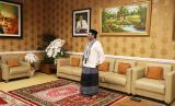 Menteri Koordinator Bidang Politik, Hukum, dan Keamanan, Mahfud MD, melaksanakan shalat id di rumah dinasnya, Kuningan, Jakarta Selatan, Ahad (24/5).