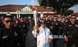 Menteri Luar Negeri (Menlu), Retno Marsudi saat membawa obor api Asian Games di Yogyakarta