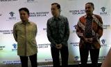Menteri Pariwisata Arief Yahya (kanan batik merah) , Kepala BKPM Thomas Trikasih Lrmbong (tengah batik hijau) dan Deputi Gubernur Senior Bank Indonesia Mirza Adityaswara(kiri batik kuning).