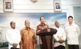 Menteri Pemuda dan Olahraga Zainudin Amali menggelar jumpa pers Ketum Komite Olahraga Nasional Indonesia (KONI)  Marciano Norman, Ketua National Olympic Committe (NOC) Indonesia Raja Sapta Oktohari dan Pemda Papua.