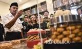 Menteri Pendidikan dan Kebudayaan Muhadjir Effendy (kanan) didampingi Kepala Dinas Pendidikan Provinsi Jawa Barat (kiri) melihat proses pembuatan kue yang dibuat oleh siswa SMKN 9 Bandung saat kunjungan kerja di Kota Bandung.
