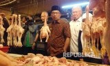 Menteri Perdagangan Enggartiasto Lukita (kanan) bersama Wali Kota Bandung Ridwan Kamil (tengah) melakukan inspeksi mendadak ke Pasar Kosambi, Kota Bandung (Ilustrasi)