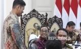Menteri Perhubungan Budi Karya Sumadi (kedua kiri) berbincang dengan Presiden National Olympic Committee (NOC) Indonesia Raja Sapta Oktohari (kiri) dan Menteri Pemuda dan Olahraga Zainudin Amali (kedua kanan) sebelum mengikuti rapat terbatas (ratas) di Kantor Presiden, Jakarta, Selasa (18/2/2020).