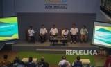 Menteri Perhubungan Budi Karya Sumadi (ketiga kiri) didampingi Dirut PT Angkasa Pura II Muhammad Awaluddin (kedua kiri), Dirjen Perhubungan Udara Novie Riyanto (ketiga kanan), Wakil Dirut Garuda Indonesia Dony Oskaria (kedua kanan), dan Corporate Comunication Lion Air Danang Mandala (kanan) memberikan keterangan terkait insentif transportasi kepariwisataan di Bandara Soekarno Hatta, Tangerang, Banten, Sabtu (29/2).