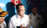 Menteri Perhubungan Budi Karya Sumadi meninjau kondisi Terminal Harjamukti beserta armada bus penumpang di Cirebon, Jawa Barat,  Kamis (20/12) malam.
