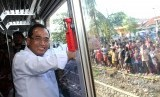 Menteri Perhubungan Budi Karya Sumadi menumpang kereta rel listrik Commuter Line usai meresmikan Stasiun Bekasi Timur sekaligus pengoperasian kereta rel listrik lintas Bekasi-Cikarang di Bekasi, Jawa Barat, Sabtu (7/10). Kementerian Perhubungan resmi mengoperasikan Stasiun Bekasi Timur sekaligus Kereta Rel Listrik (KRL) Lintas Bekasi-Cikarang mulai Ahad (8/10).