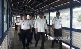 Menteri Perhubungan (Menhub) Budi Karya mengecek pemanfaatan skybridge penghubung Terminal Tirtonadi- Stasiun Balapandan pembangunan jalur dan fasilitas Kereta Bandara Solo, Ahad (1/4).
