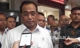 Menteri Perhubungan (Menhub) Budi Karya Sumadi memberikan pernyataan setelah menemui prrwakilan pendemo taksi daring di kantor Kementerian Perhubungan, Senin (29/1).